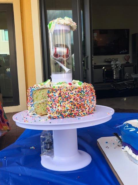 Plateau à gâteau surprise avec boîte cadeau intégrée pour anniversaire